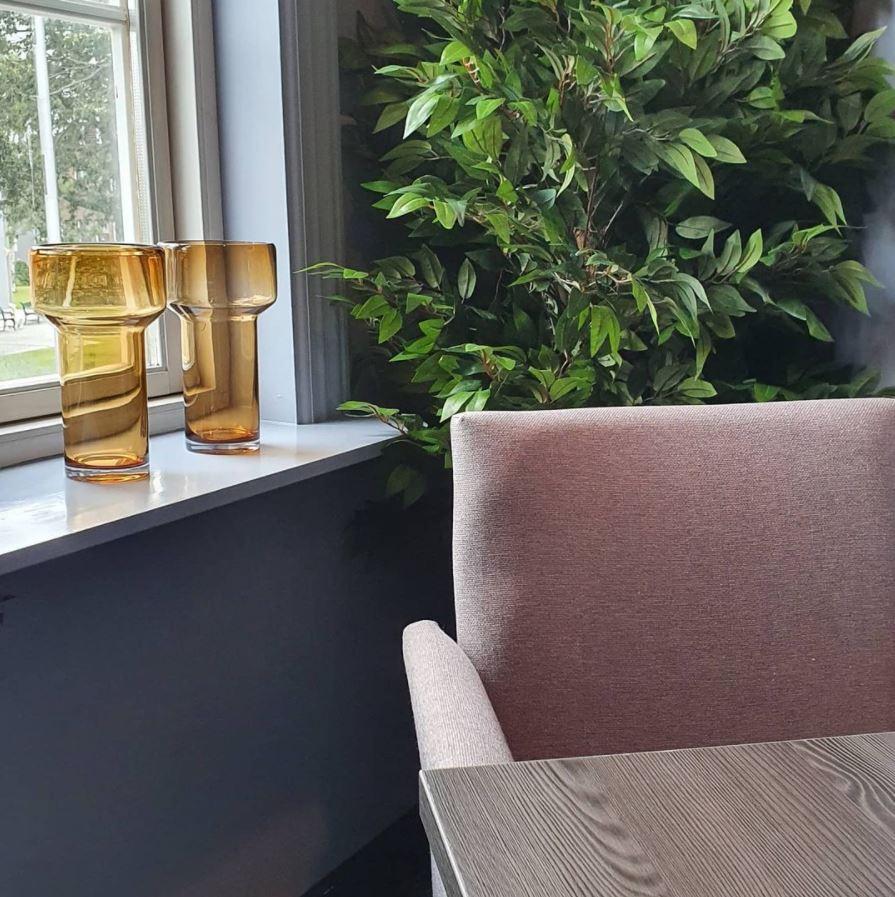 Nærbilde av stol ved vindu