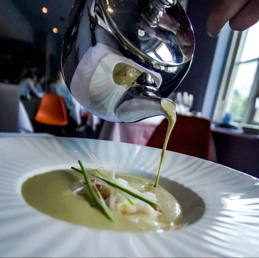 Suppe som helles opp i et fat